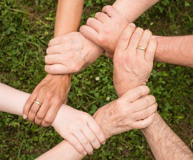 Osoby chwytające się za ręce.